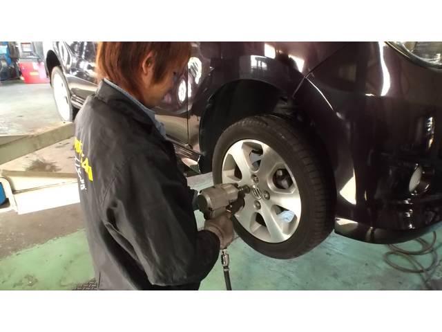 タイヤの取り付けです。スタッドレス⇔ノーマル交換時期は混雑しますのでご予約がスムーズです。