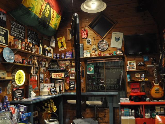 ゴチャゴチャ感満載の店内です♪冬は薪ストーブであったか〜い♪店内にも拘り、物件にも拘ります♪