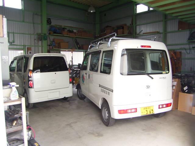 エンジンオイル交換や簡単な整備に関しては当店のピットで承ります。