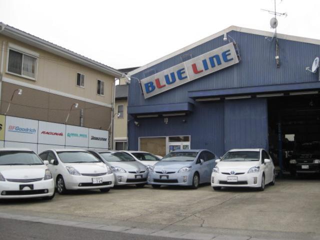 青い外観のガレージが当店です。店舗前展示場の他にも展示場がございます。
