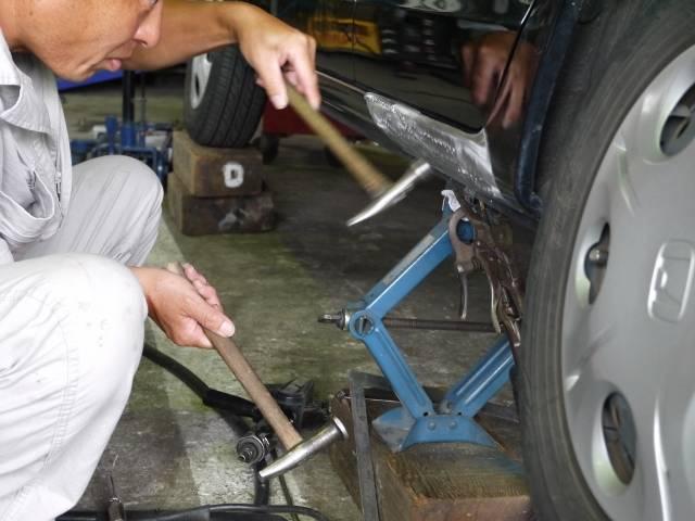 板金修理は当社のアピールポイント!事故修理や小さなへこみの修理まで板金のプロにお任せ下さい!