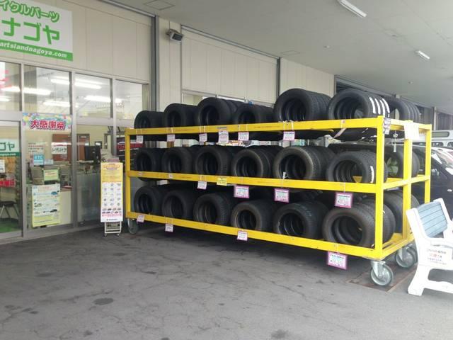 タイヤの在庫。新品はもちろんのこと、ご予算に合わせて中古のタイヤもご案内します。
