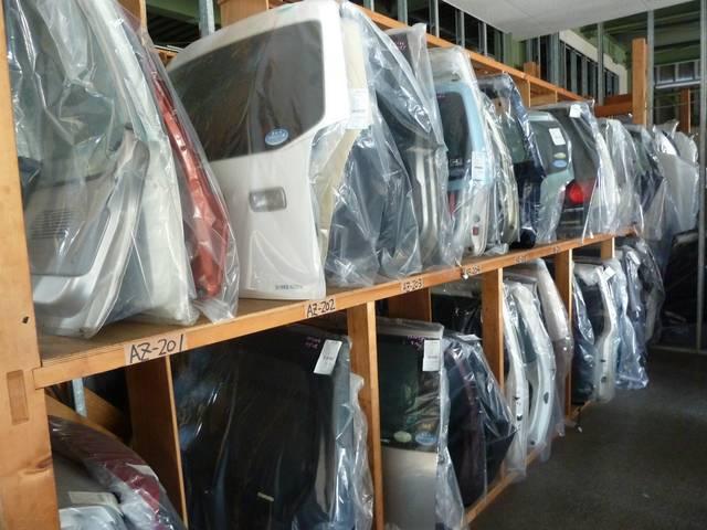ドア、バンパー、ボンネット、ライト、エンジンなどもメカ部品の中古部品を在庫しています。