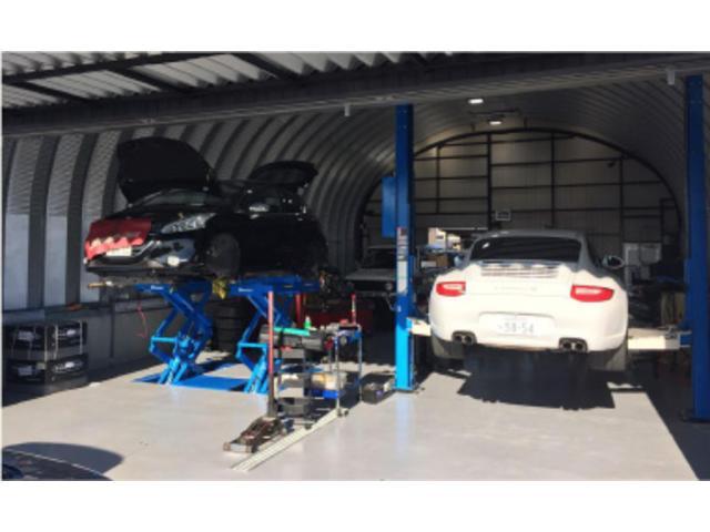 自社整備工場完備しております。大型リフト完備アフターフォローもお任せ下さい。大型車も持ち上がります。