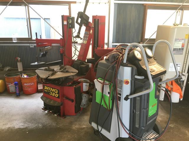 【充実設備】タイヤチェンジャー、エアコンガスクリーニング、充実した設備を完備しています。