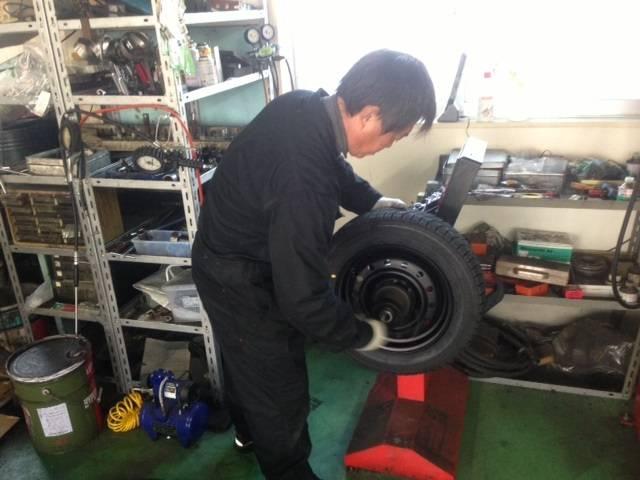 タイヤの重心をあわせるバランサー。この作業もタイヤ作業では重要な作業です。
