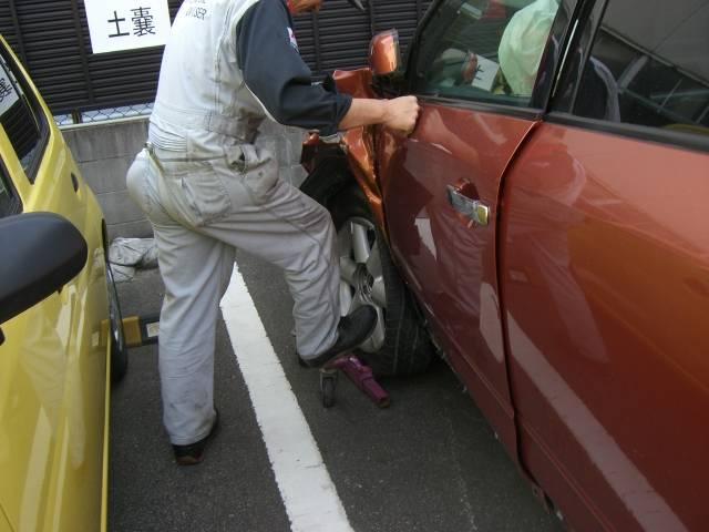 へこんでいてドアが開かない車、これも治します。