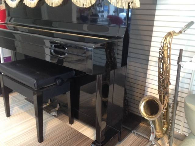 店内のスペースでゆったり過ごす、楽器も置いてあります。