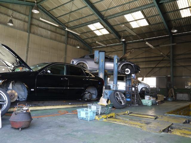 広い整備工場内では車検はもちろん一般整備や修理も行っております!