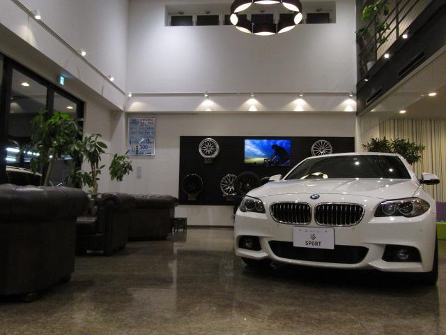 店内にも車両を展示しております。