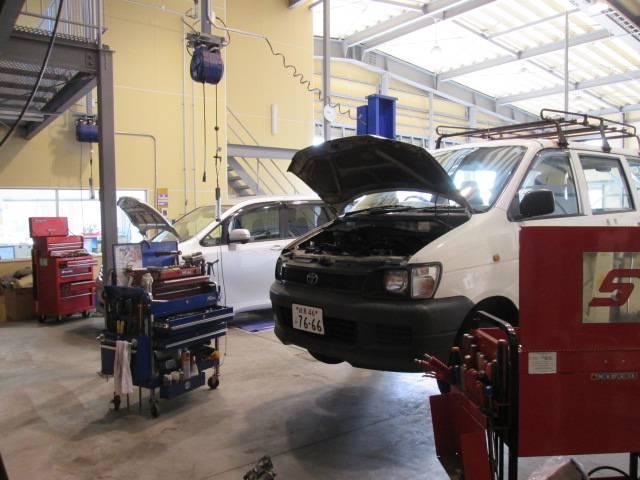 お車の異状は当社にお任せ下さい!車検・点検時に活躍するリフトアップ完備!