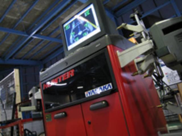 アライメントはこちらの測定機を使い、お客様の愛車の適正値を計測します。