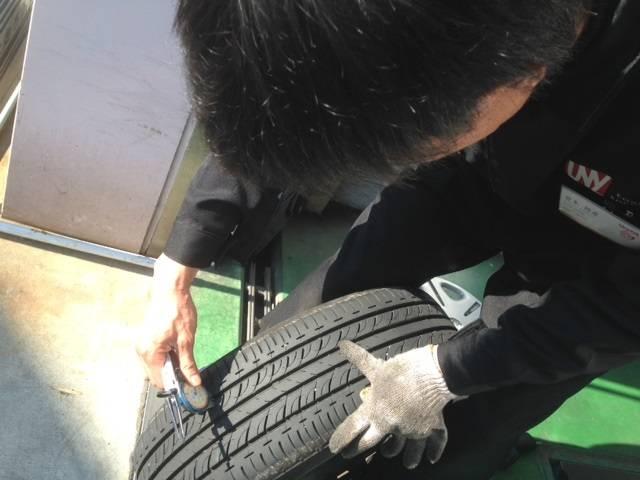 タイヤの溝を計っています。溝が少ないとタイヤの性能が発揮されず、停止距離が長くなります。