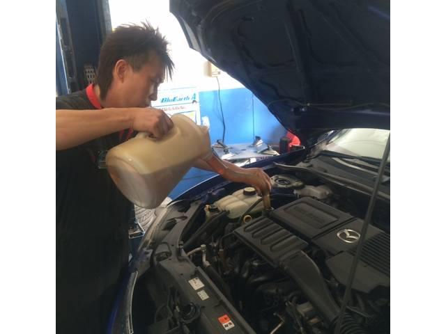 オイル交換作業中!!エンジンの血液といわれるオイルはこまめな交換が必要です!