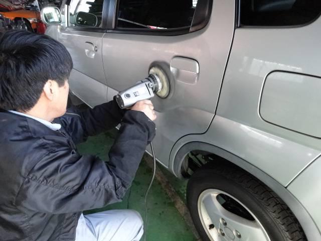 購入されたお車を磨いています!