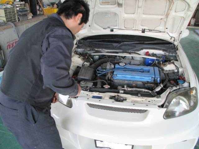 エンジンルームの細かいところまでしっかり整備、修理いたします。
