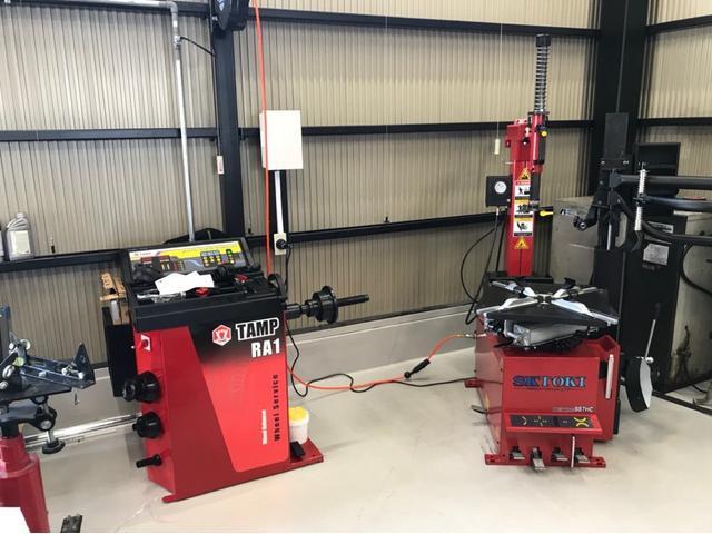 20インチ以上のタイヤ交換にも対応できるチェンジャー・バランサーも完備しております。