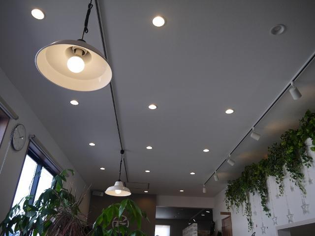 天井も高く設計しており開放感ある店内を心がけております。