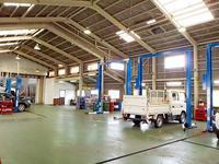 三重県内最大級の自社サービス工場を完備。ご納車前には細部まで丁寧に点検・整備を実施し、お渡しします。