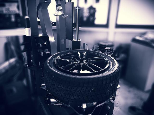 最大24インチまでのタイヤ交換が可能。レバーレス作業によるランフラットタイヤや高扁平タイヤにも対応。