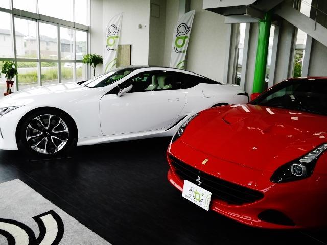 室内展示場もございます。展示車両は大切に取り扱っております。
