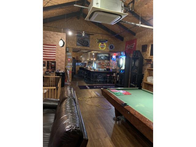 店内はオールドアメリカンな雰囲気で飲み物無料・ダーツ無料で作業中もお待ちいただけます(^アメ車 愛知