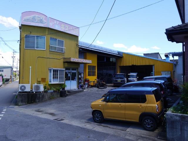 自動車のキズ、へこみ、事故による破損等をもとの状態へと修理する鈑金塗装専門店です。