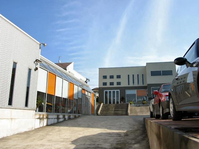店舗全景。左手が屋内ショウルーム、右手が屋外展示場。奥の一段高い建物がオフィスと商談スペースです。