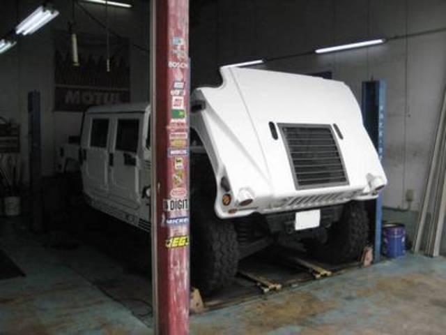 ハマーH1やキャンピングカーも上げられる4駐リフト完備です。
