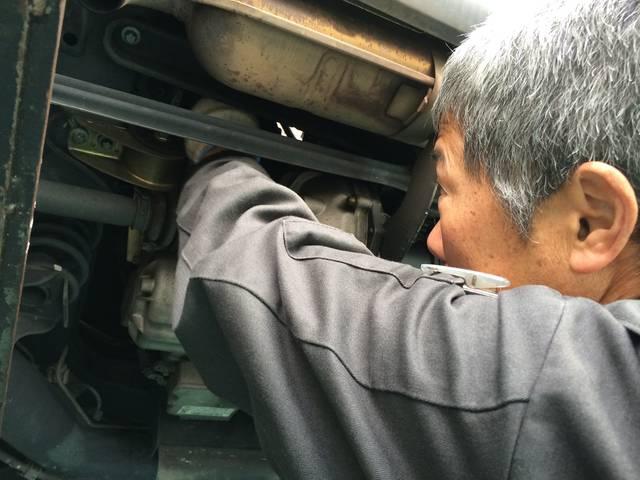 熟練のメカニックが1台1台丁寧に作業します。