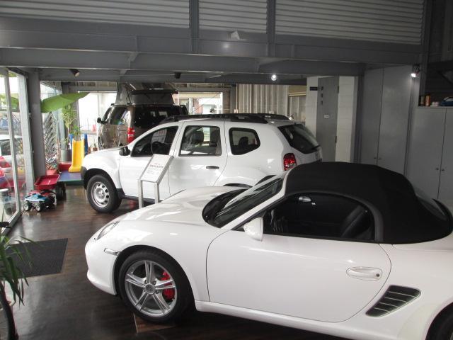 広々したショールームにはオープンカーやレアなモデルも!