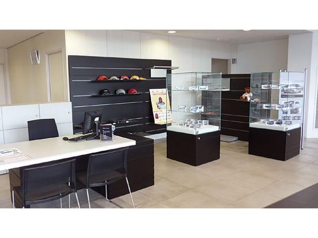 アウディコレクションを豊富に取り揃え、喫茶店のようなくつろぎ場として多数のお客様に好評です。