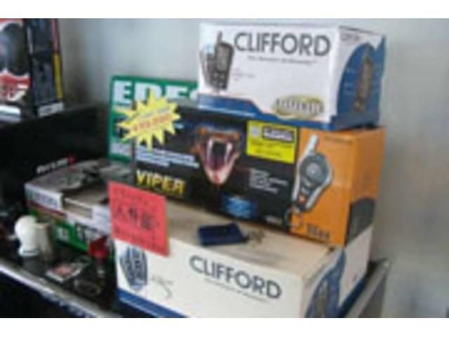 カーセキュリティもお任せください!「クリフォード」や「バイパー」など各社システムの取付けも承ります。