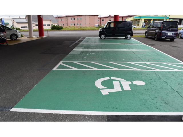 駐車スペースは色分けされておりスタッフによる誘導もございます。駐車が苦手な方も気軽にお声掛け下さい!