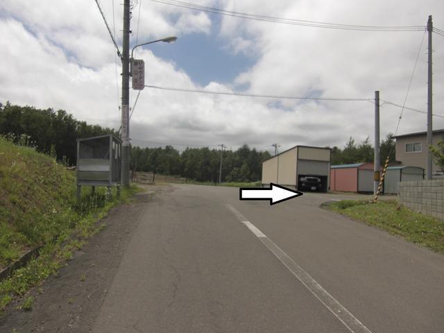 道なりに上ってくるとこんな風景が、ここを右へ!ここをまっすぐ進むと当店です!!