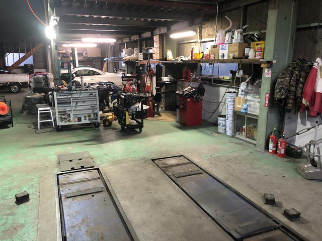 リフト完備しております。軽整備、タイヤ交換、オイル交換お任せください!
