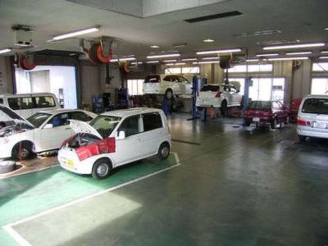 充実装備の整備工場。車検から板金塗装まで、なんでもお任せ下さい。