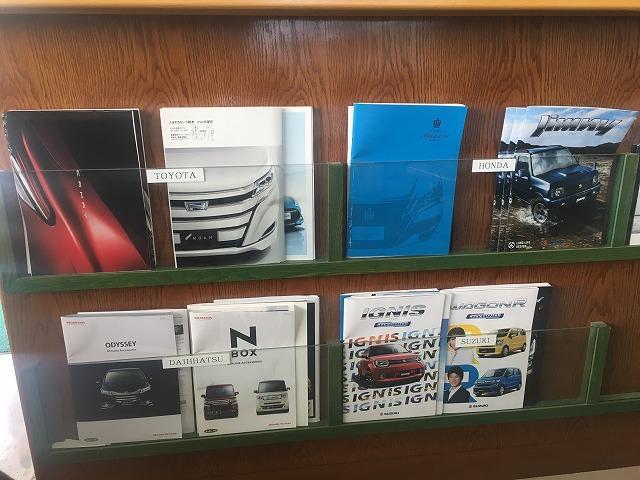 店内には沢山の新車カタログをご用意。新車、中古車購入からアフターまでお車のことは何でもお任せを!