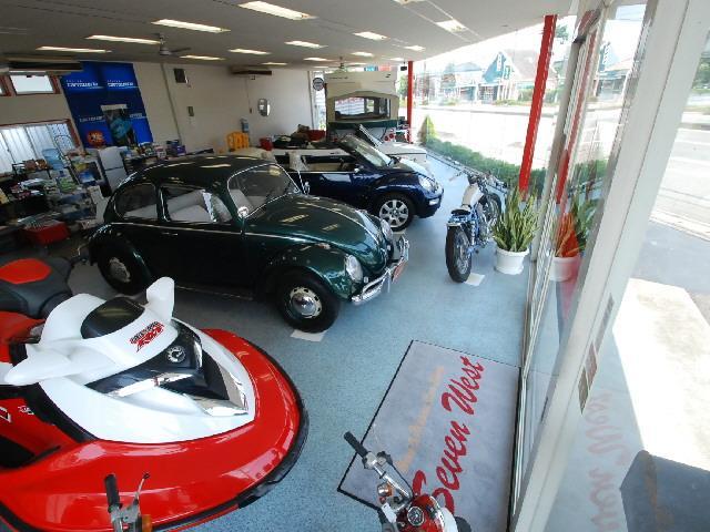 広々としたショールームで雨の日でもゆっくりご覧頂けます。旧車やカブリオレなどは室内保管しています。