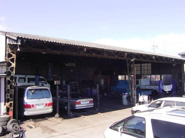 【本社】自動車整備指定工場完備の本社。在庫はあまり多くありませんが、掘り出し物が見つかる可能性大!!