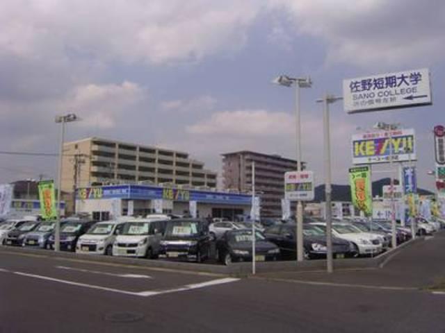 道沿いには高品質車がずらり♪常時80台以上の在庫がお出迎え致します♪