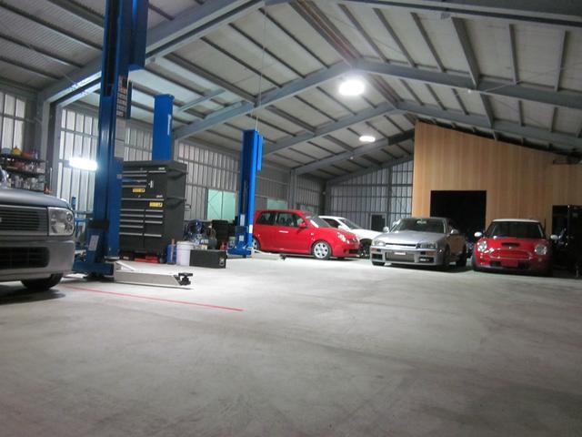 自社工場はお預かりしたお車も車庫保管出来ますのでご安心です。サーキットやレース用車両も製作出来ます。
