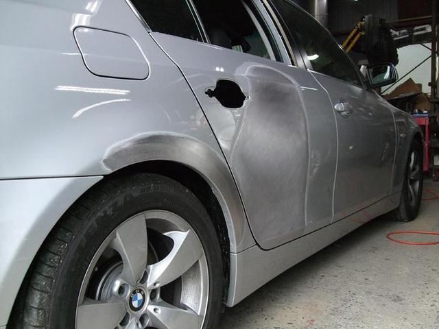 塗装、板金修理・最新の設備と塗装ブースでしっかり修復いたします。仕上がりにご期待ください。