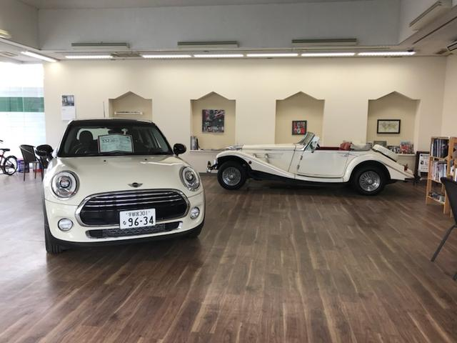 店頭には厳選仕入れの中古車を展示しております。気になったお車がございましたら、お気軽にスタッフまで。