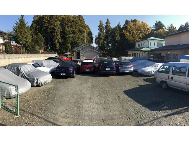 お客様のお車と在庫車両をストックヤードに保管しております。