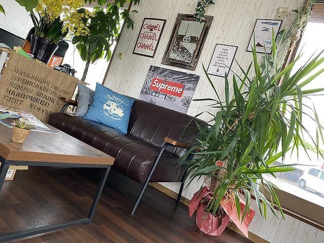 作業のお待ち時間には、人気席にもなっているこちらのソファで雑誌でも読みながらティータイム♪