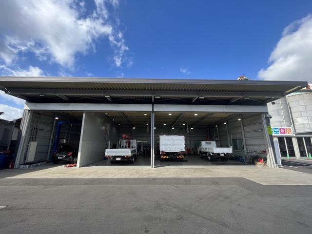 当店は大型トラックまで対応した認証整備工場を完備しております。