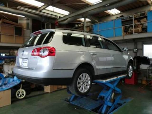 車を持ち上げるリフトももちろん設置しております!これがあれば、車の裏側までキッチリ整備できます!