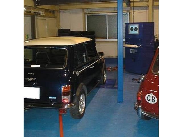 工場内には出力測定用のシャーシダイナモを設置。チューニングや車輌コンディションチェックを行ってます。