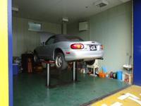 自社工場のほかにも普段のメンテナンスに対応できるように油圧のリフト付ピットを完備してます。